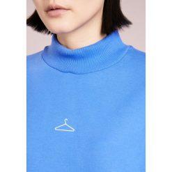 097e281773 W wyprzedaży Holzweiler ANNA HANGER Bluza blue. Niebieskie bluzy marki  Holzweiler