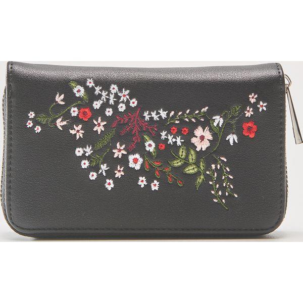 fa034e313ee09 Portfel z kwiatowym haftem - Czarny - Portfele marki House. Za 39.99 ...