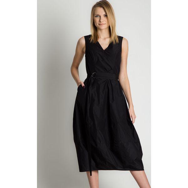 Czarna sukienka z szerokim pasem w talii i klamrą RABARBAR