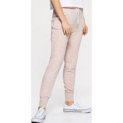 afa385d97 Dresowe joggery - Różowy. Spodnie dresowe marki Cropp. W wyprzedaży za  39.99 zł.