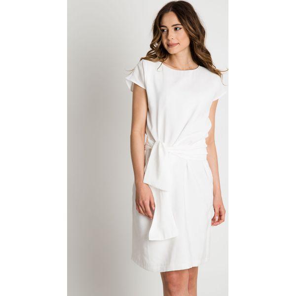 69a07b133574c3 Sukienka ecru przewiązana szarfą w pasie BIALCON - Sukienki BIALCON ...